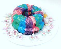 Lecker Marmorkuchen mit bunter Candy Melt Bunt, Birthday Cake, Desserts, Food, Marble Cake, Tailgate Desserts, Birthday Cakes, Meal, Deserts