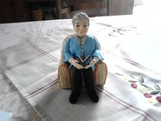 Personalized figurines. Granny on a comfy by FriendlyFigures, €125.00
