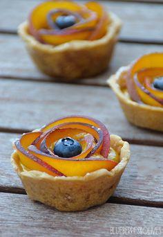 Tartaletas de melocotón con arándanos y crema de vainilla - -- - -- - - --  -- - - -  Peach and blueberry tartlets with vanilla cream