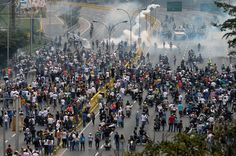#Caracas on #Knife-Edge as #Protesters Erect Makeshift Barricades...