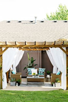 Ah!! LOVE this backyard space. Make Your Own Outdoor Pergola Curtains! (click through for tutorial)