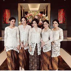 It's not often for bridesmaids to wear ivory. Didn't realize it would look so clean and classy. Kebaya Lace, Kebaya Hijab, Kebaya Brokat, Batik Kebaya, Dress Brokat, Kebaya Dress, Kebaya Muslim, Batik Dress, Model Kebaya Modern