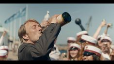 Drunk (bande-annonce) Mads Mikkelsen boit à en perdre raison dans Drunk, le nouveau film de Thomas Vinterberg (Festen) qui fait partie de la sélection Cannes 2020. Actuellement au cinéma. Mads Mikkelsen, Viggo Mortensen, Anthony Hopkins, Hugh Dancy, Jude Law, Gary Oldman, Christopher Nolan, Aidan Turner, George Clooney