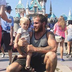 Perfil no instagram reune fotos de homens usando coque na Disneylândia