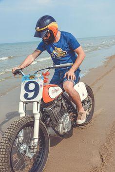 Suzuki 600DR Flat Track Gentlemen's Factory. Tee-shirt collection 2017 pour amateurs de motos anciennes et custom #VintageJersey #vintagemotorcycle #GentlemensFactory #bikers #bikerclothes #frenchbrand #roadtrip #bikercode #clothes #sweatshirt #teeshirt #leatherjacket #aventure #trophy #dirttrack #bikerwithstyle #bikerwithattitude #menwithclass #ridefast #easyriders #bratstyle #retrofashion #vintagelook #retrolook /// Photo : Laurent scavone