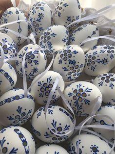 "Czech traditional Easter Eggs ""Kraslice"" (Moravia, Europe)-white/blue Madeira"
