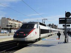 Une rame TGV Sud-Est (la 15) arborant la nouvelle livrée SNCF blanche et carmillon en gare de Marseille Saint-Charles le 10 mai 2012.