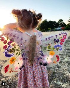 Aren't these diy butterfly wings just amazing?😍 Using pressed, dried flowers, driftwood and contact paper Johanna and… Projects For Kids, Diy For Kids, Cool Kids, Crafts For Kids, Children Crafts, Nature Activities, Craft Activities, Toddler Activities, Nature Crafts