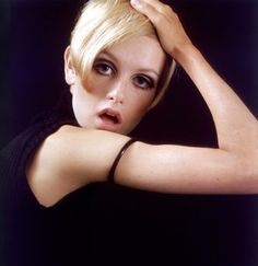 Twiggy, the 'Face of remains a fashion icon today. Here is our selection of some iconic and some hard to find Twiggy images. Twiggy Model, Hipsters, Androgynous Look, Francoise Hardy, Vogue, Large Eyes, Vintage Glamour, People Photography, Make Up