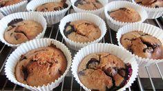 Muffins als ontbijt, lunch, tussendoortje of toetje: het kan allemaal met deze gezonde havermout muffins met blauwe bessen en pure chocolade! Sta 's ochtends iets eerder op om verse muffins te bakken als ontbijt voor je lief. Of maak ze voor vriendinnen die op bezoek komen. Die heerlijke geuren die... Read More →