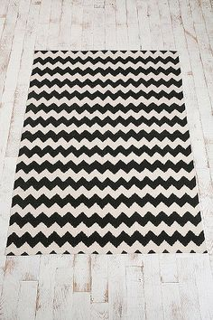 Zig-Zag 5x7 Rug in Black - Urban Outfitters