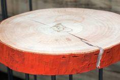 Tavolino realizzato da una sezione di legno di Platano dalla particolare corteccia colorata. Basamento in ferro.