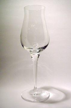 Verre du coffret M.O.F. *** Au début des années 1990 un grand sommelier a recommandé à Chartreuse diffusion l'utilisation d'un verre à liqueur de la prestigieuse maison Spielgelau car selon lui idéal pour la dégustation de la Chartreuse Jaune.