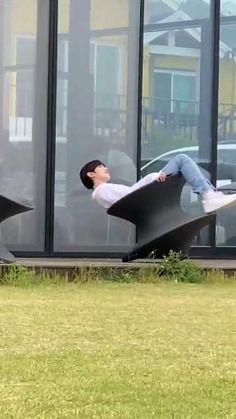 Fandom Kpop, Funny Reaction Pictures, Be My Baby, Kpop Boy, Pretty Boys, Idol, Happy Birthday, Fandoms, Statue