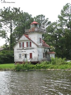 The abandoned Roanoke River Lighthouse in Edenton, North Carolina. The lighthouse marked the entrance to the Roanoke River near Plymouth. Abandoned Buildings, Abandoned Mansions, Old Buildings, Abandoned Places, Roanoke River, Carolina Do Norte, Lighthouse Pictures, Haunted Places, Amazing Nature