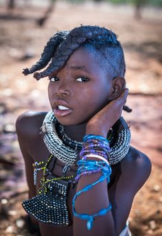 Meet desert cultures like the Himba people in the Namibian desert with their red paste on their bodies and the Berbers of Sahara with their stunning architecture. Cultures Du Monde, World Cultures, African Children, African Women, Pretty People, Beautiful People, Himba People, Art Afro, Africa People