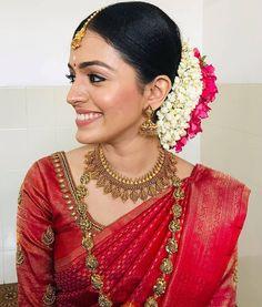 Kerala Wedding Saree, Bridal Sarees South Indian, Kerala Bride, Indian Wedding Wear, Indian Bridal Fashion, Indian Fashion Dresses, Saree Wedding, Saree Hairstyles, Indian Bridal Hairstyles