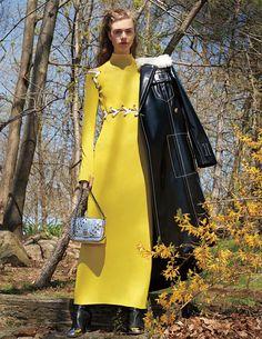 레이스업 장식의 옐로 롱 드레스는 2990달러, 퍼 트리밍의 페이턴트 코트는 4950달러, 실버 체인 백은 1495달러, 앵클부츠는 1130달러, 모두 Proenza…