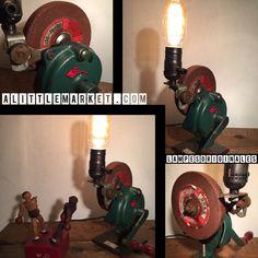 Encore une création unique de lampesoriginales.com Ancienne meule d'atelier a main montée en lampe   ..très tendance  ... très industriel  Eclairé par une belle ampoule led  - 20084737