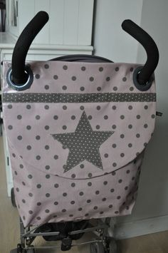sac poussette vieux rose à pois taupe – couture manualidades … old pink stroller bag with taupe polka dots – couture manualidades meninas Baby Couture, Couture Sewing, Baby Sewing Projects, Sewing For Kids, Stroller Bag, Diy Bebe, Creation Couture, Baby Crafts, Baby Accessories