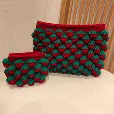 バッグとかブランケットなどの大物中物が続いたので、今回は小物をご紹介します 苺ちゃんポーチを編みました。 複雑な編み方に見えますが、とても簡単です ポーチなのであっという間にできます❗️ 使うものは毎度お馴染み、ダイソーのアクリルヤーンの赤と緑です。 かぎ針は... Crochet Case, Crochet Stitches, Knit Crochet, Easy Knitting Patterns, Knitting Designs, Crochet Patterns, Crochet Flower Tutorial, Crochet Flowers, Tissue Box Covers