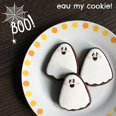 Ghost cookies from a candy corn cutter Candy Corn Cookies, Ghost Cookies, Crazy Cookies, Fall Cookies, Holiday Cookies, Sugar Cookies, Halloween Cookies Decorated, Halloween Treats, Decorated Cookies