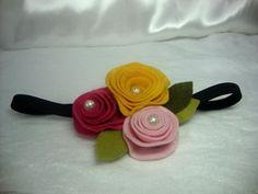 Tiara com 3 flores fixas em feltro.