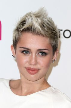 Miley Cyrus at the 2013 Elton John Academy Awards viewing party. Edgy Pixie Hairstyles, Edgy Haircuts, Side Swept Hairstyles, Short Hairstyles For Women, Faux Hawk Hairstyles, Celebrity Short Hair, Celebrity Hairstyles, Celebrity Makeup, Miley Cyrus