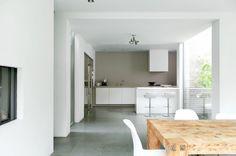 Samme fargen på benken som hele veggen,   my scandinavian home: A white home by Remy Meijers