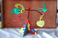 Aug 21 How to Make a Calder-Inspired Kinetic Sculpture ArtSmudge Calder Stabile--great tutorial with pictures of step by step for younger students. Great way to teach organic shapes and balance. 21 How to Make a Calder-Inspired Kinetic Sculpture ArtSmudge Alexander Calder, Sculpture Lessons, Sculpture Projects, Sculpture Art, Mobile Sculpture, Abstract Sculpture, Easy Art Projects, Projects For Kids, Middle School Art