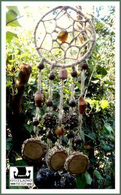 """""""Secretos del Bosque"""" Un atrapasueños realizado completamente con elementos naturales: madera rústica, semillas del bosque. gemas y cáñamo."""