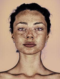 Fotograf oslavuje pehy na tvári v sérii krásnych portrétov – Doba Mag. Black Girls With Freckles, Freckles Girl, Beautiful Freckles, Photography Articles, Night Photography, Portrait Photography, Freckle Face, Makeup Course, Fresh Face
