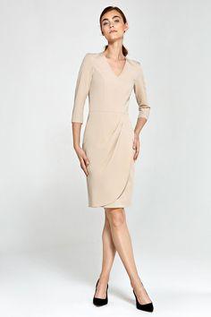 Pour une silhouette pleine d'élégance, on ose la robe décolletée à taille haute.  Avec sa jupe tulipe, cette robe est résolument chic et dans l'air du temps