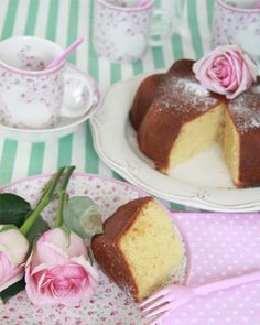 Cake with roses and cute dishes (recipe in Spanish)