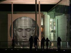 """Lichtkunst - Installation mit dem Titel: """"Open/Closed"""", im deutschen Bundestag, Berlin von Ralph Ueltzhoeffer."""