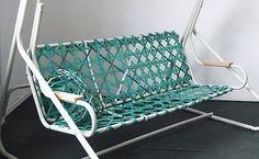"""Bislang nur eine Materialstudie: Hollywoodschaukel """"Holly"""" mit einer Sitzfläche aus robusten und witterungsbeständigen Umreifebändern, die dazu dienten, Ware auf Paletten zu sichern."""
