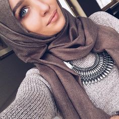 How to wear statement necklace with hijab Arab Girls, Arab Women, Muslim Girls, Modest Outfits, Modest Fashion, Hijab Fashion, Fashion Outfits, Girl Fashion, Muslim Women Fashion