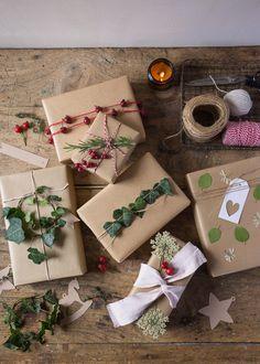 Impacchettare i regali di Natale con piante e fiori Wrapping Ideas, Gift Wrapping, Cake Slice Boxes, Paper Crafts Magazine, Brown Paper, Paper Crafting, Origami, Wraps, Christmas