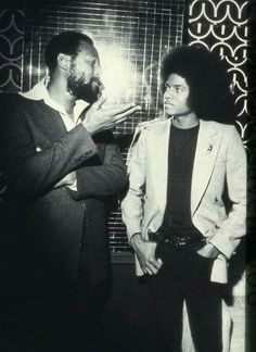 Young Michael Jackson getting some lecture from Marvin Gaye. //Marvin Gaye Died April 1984 Rest in Peace Marvin Gaye, The Jackson Five, Jackson Family, Soul Jazz, Soul Funk, Music Icon, Soul Music, Paris Jackson, Black History Facts