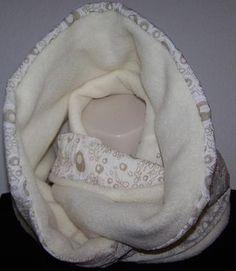 Loop kuschlig & in gedeckter Farbe     ....so schlägt man den Winter ein Schnippchen !!    - Antipilling Fleece & abstrakte Baumwolle machen Ihn zu einem schönen warmen Schmuckstück.Er ist so lang das man Ihn zweimal um den Hals schlingen kann !  -dadurch das er sehr breit liegt kann man ihn wie eine Kapuze tragen,  also 2 in 1    Handmade, keine Massenware    - nicht dehnbar  - Länge132cm  -Breite/Höhe 25cm