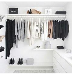 Construindo Minha Casa Clean: 10 Truques Fáceis para Organizar o Closet e Guarda Roupa! Walk In Wardrobe, Walk In Closet, Capsule Wardrobe, Bag Closet, Travel Wardrobe, Closet Space, Winter Wardrobe, Cute Dorm Rooms, Cool Rooms