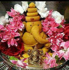 Ganesha Rangoli, Clay Ganesha, Festival Decorations, Flower Decorations, Ganesh Pooja, Ganesh Chaturthi Decoration, Thali Decoration Ideas, Ganapati Decoration, Lord Ganesha Paintings