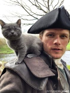 Sam Heughan with newest cast member, Adso the Cheetie for Outlander Season 5 of The Fiery Cross Outlander Casting, Outlander Tv Series, Starz Outlander, Outlander Characters, Gabaldon Outlander, Diana Gabaldon, Jamie Fraser, Fraser Clan, Men With Cats