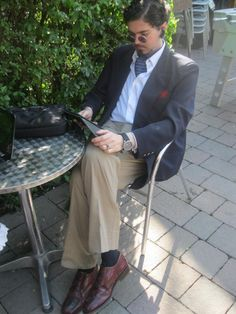 A blazer, a cravat and a Kindle