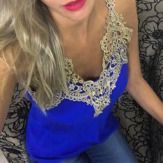 Blusa azul com guipir dourado uma das cores novas!  Compre pelo site http://ift.tt/PYA077.  Dúvidas ou informações pelo whats 47 9953-1716.  Agende sua visita em nosso showroom em Jaraguá do Sul!