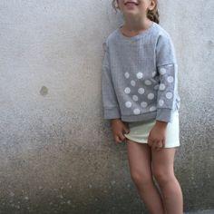 Blue Sweatshirt with large white polka dots pattern door SweetieHam, €42.00