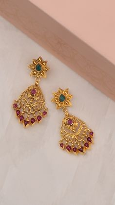gold earrings studded with vibrant stones - Carpets Mag Indian Jewelry Earrings, Gold Jhumka Earrings, Gold Bridal Earrings, Jewelry Design Earrings, Gold Earrings Designs, Gold Jewellery Design, Gold Necklace, Pearl Necklace Designs, Antique Jewellery Designs