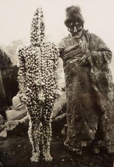El bebé K'termen, hijo de Xalpen del inframundo. Foto de Martin Gusinde, 1923. Pueblo aborigen de la Isla Grande de Tierra del Fuego