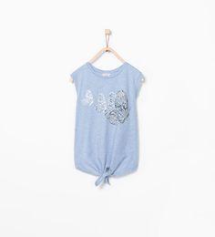 T-shirt med knude og sommerfugle med skinnende effekt
