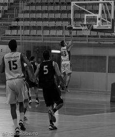 Las carreras de #CarlosBlanes dieron impulso al #UALucentum. El tiro exterior le frenó. La carencia de rebotes del equipo lastró las opciones de victoria. Blanes anotó 8 puntos con un 0/5 en T3. #baloncesto #basket #LigaValenciana #EBA #Lucentum #BasquetGandia